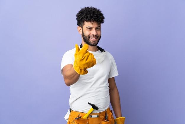 돈 제스처를 만드는 보라색 벽에 고립 된 젊은 전기 모로코 남자