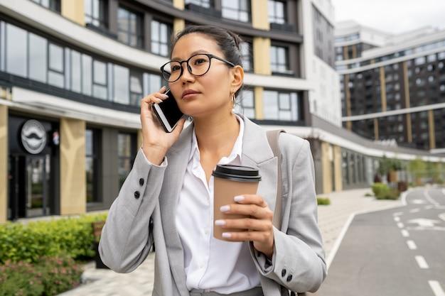 휴대 전화에 젊은 우아한 비즈니스 에이전트 컨설팅 클라이언트