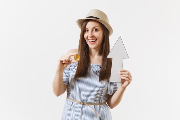 파란 드레스를 입은 젊고 우아한 여성, 비트코인을 들고 있는 모자, 황금색 동전, 흰색 배경에 격리된 위쪽 화살표. 금융 및 비즈니스, 가상 통화 개념입니다. 광고 영역입니다. 공간을 복사합니다.