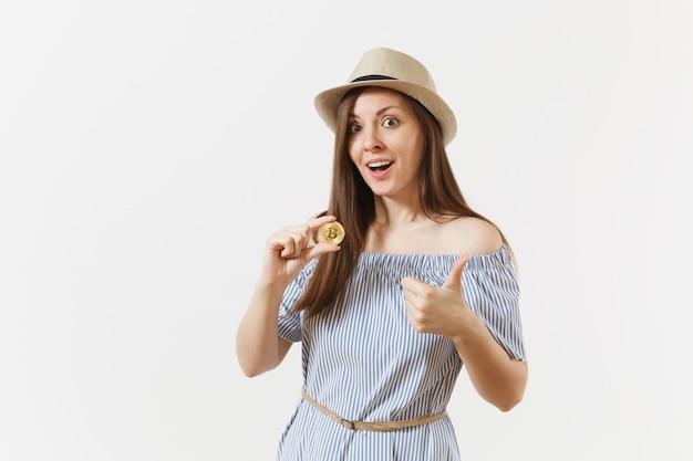 파란 드레스를 입은 젊고 우아한 여성, 흰색 배경에 격리된 황금색 비트코인 동전을 들고 긴 머리를 한 모자. 금융, 비즈니스 온라인 가상 통화 개념입니다. 광고 영역입니다. 복사 공간