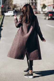 Молодая элегантная женщина позирует на городской улице