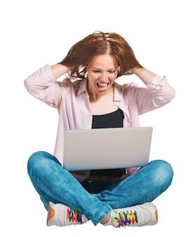 白い孤立した背景にポータブルコンピューターを持つ若い感情の女性