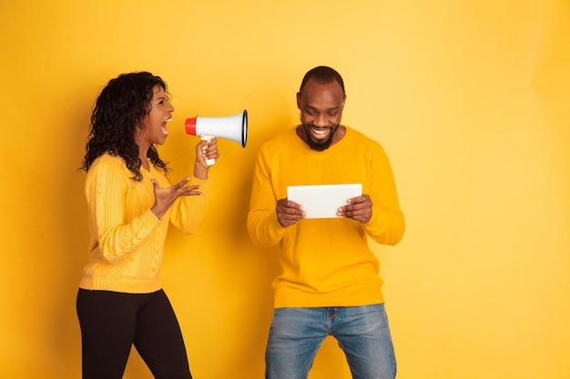 노란색에 젊은 감정적 인 아프리카 계 미국인 남자와 여자