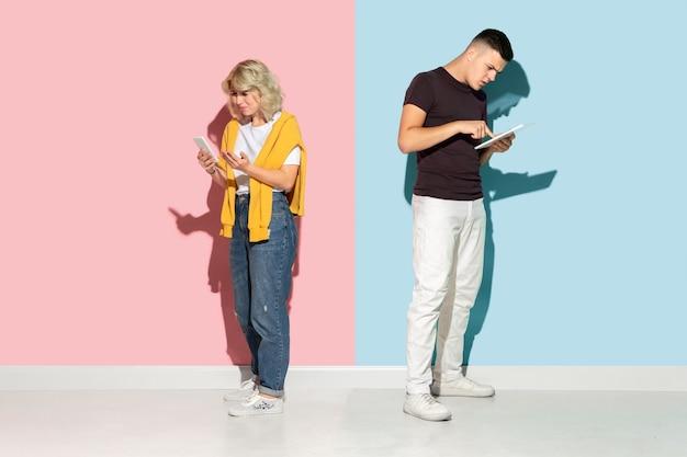 분홍색과 파란색 배경에 젊은 감정적인 남자와 여자