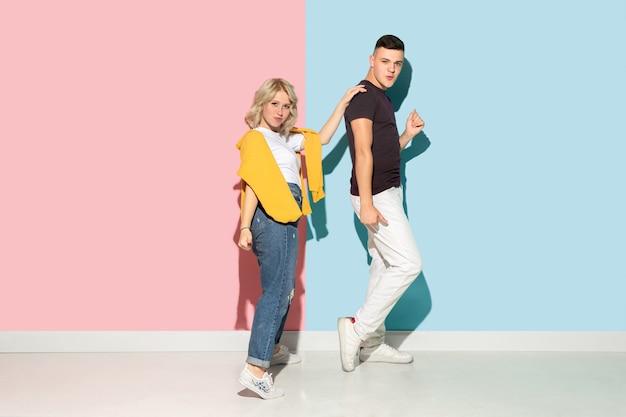 ピンクと青の若い感情的な男と女