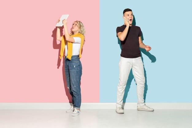 핑크와 블루에 젊은 감정적인 남자와 여자