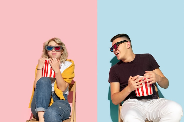 Giovane uomo e donna emotivi su rosa e blu