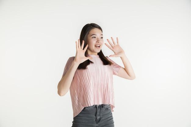 Молодая эмоциональная женщина в повседневной одежде
