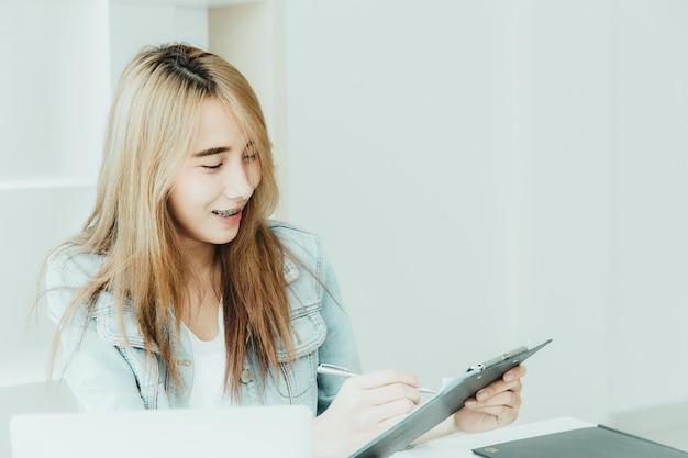 젊은 직원 아시아 비즈니스 십대 행복 사무실 빈티지 색조 작업을 즐길 수