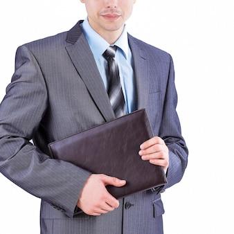 ワーキングペーパーで立っている若い従業員。白で隔離。ビジネスコンセプト