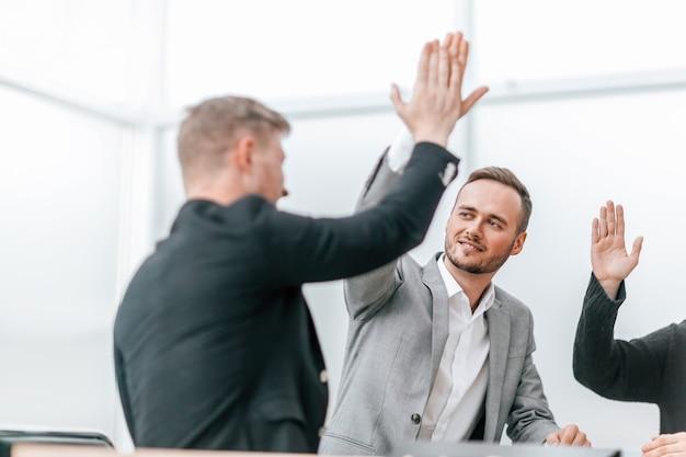 Молодые сотрудники дают друг другу пять