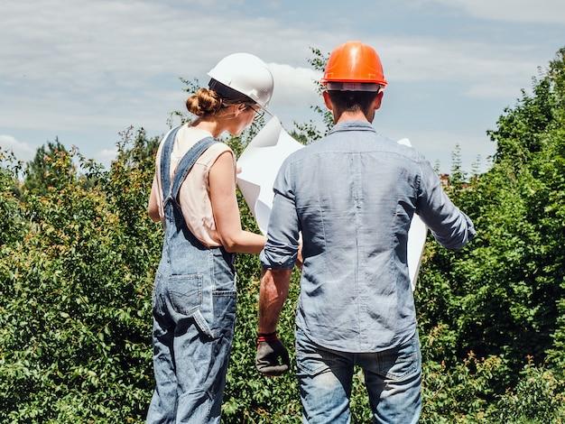 若いエンジニアと公園の労働者