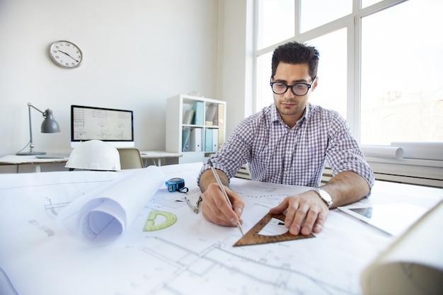 若いエンジニアの図面計画