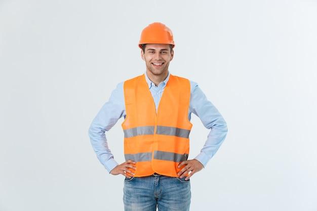 笑顔の若いエンジニアは、白い背景で隔離。