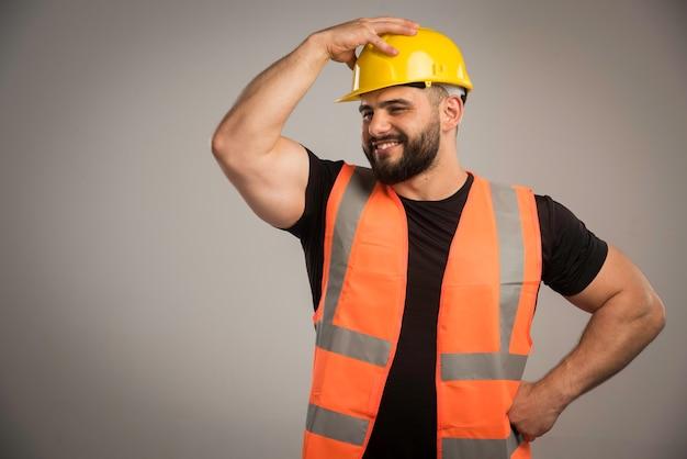 Giovane ingegnere in uniforme che si sente forte.