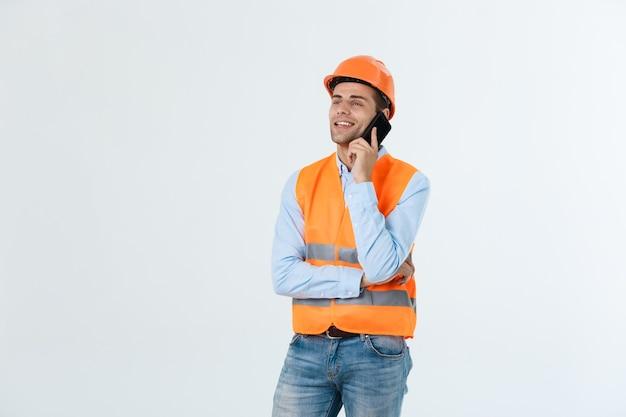 若いエンジニアは、建物を成功させるために携帯電話の明確なフロントサイトについて話している。
