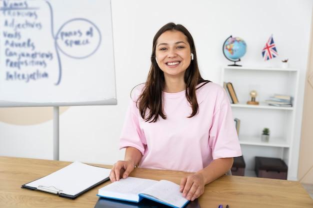 Молодая учительница английского языка проводит уроки онлайн