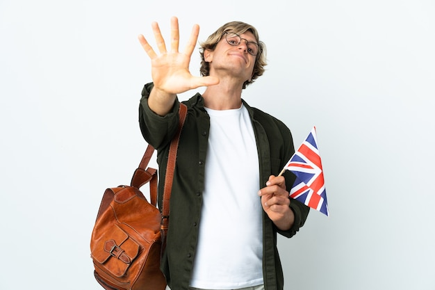 손가락으로 5 세 영국 국기를 들고 젊은 영어 여자