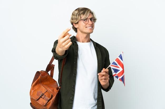 Молодая англичанка, держащая флаг соединенного королевства, делает приближающийся жест