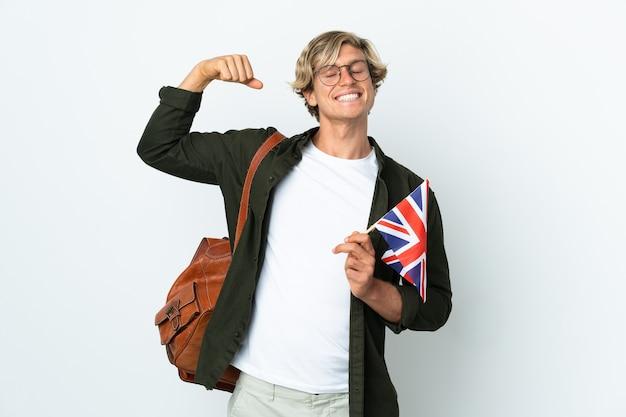 Молодая англичанка, держащая флаг соединенного королевства, делает сильный жест