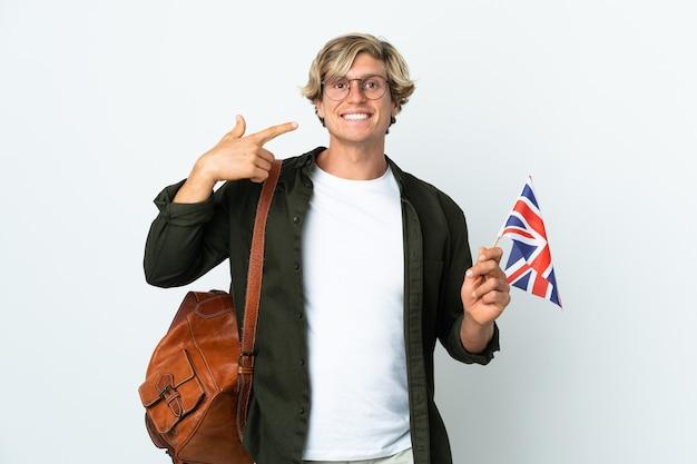 親指を立てるジェスチャーを与えるイギリスの旗を保持している若いイギリス人女性