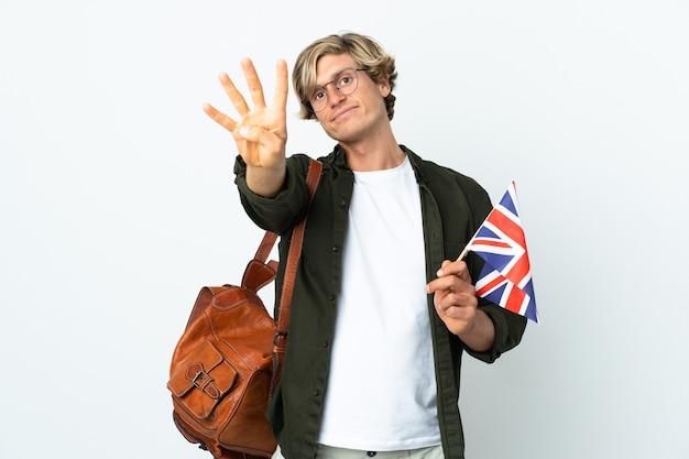Молодая англичанка счастлива держит флаг соединенного королевства и считает четыре пальцами
