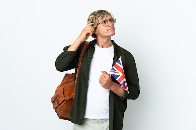 Молодая англичанка, держащая флаг соединенного королевства, сомнения и размышления