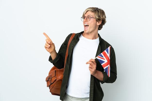 Молодая англичанка с флагом соединенного королевства, поднимая палец вверх, пытается найти решение