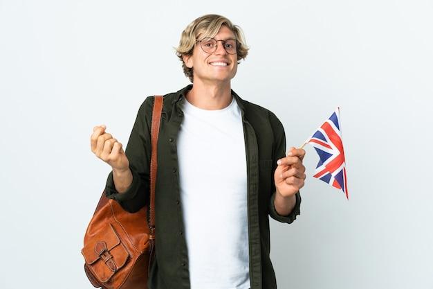 Молодая англичанка держит флаг соединенного королевства, делая денежный жест