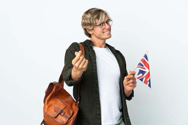 Молодая англичанка, держащая флаг соединенного королевства, делая денежный жест