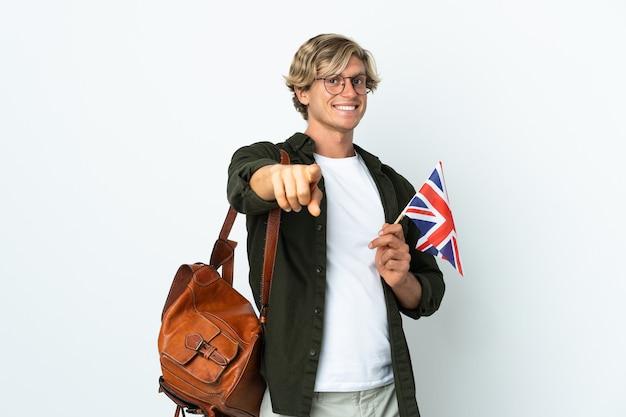 Молодая англичанка держит флаг соединенного королевства с счастливым выражением лица