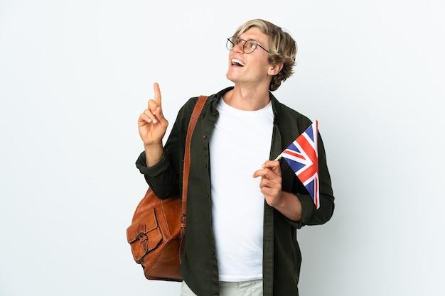 Молодая англичанка держит флаг соединенного королевства, указывая на отличную идею