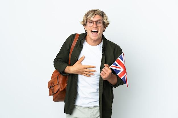 많이 웃 고 영국 국기를 들고 젊은 영국 여자