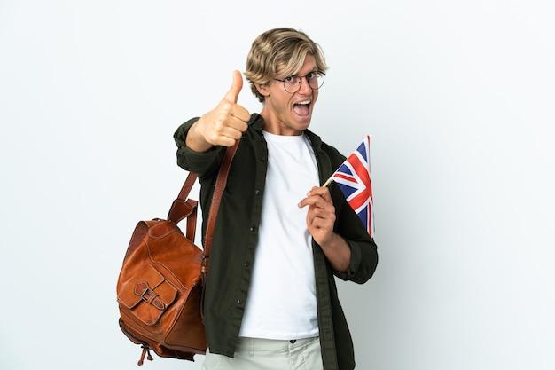 何か良いことが起こったので親指を立ててイギリスの旗を持っている若いイギリス人女性