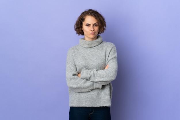 紫色の背景に若いイギリス人女性