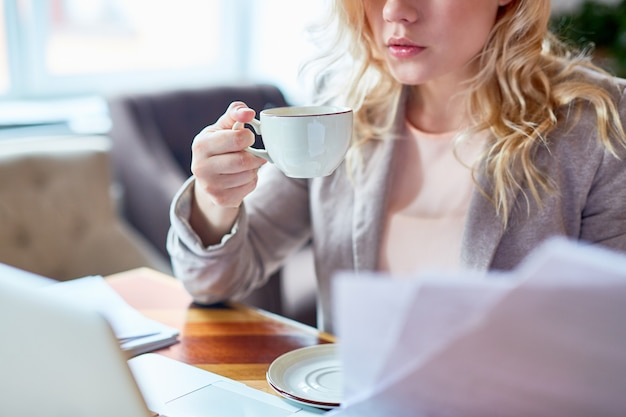 Молодой предприниматель за кафе стол
