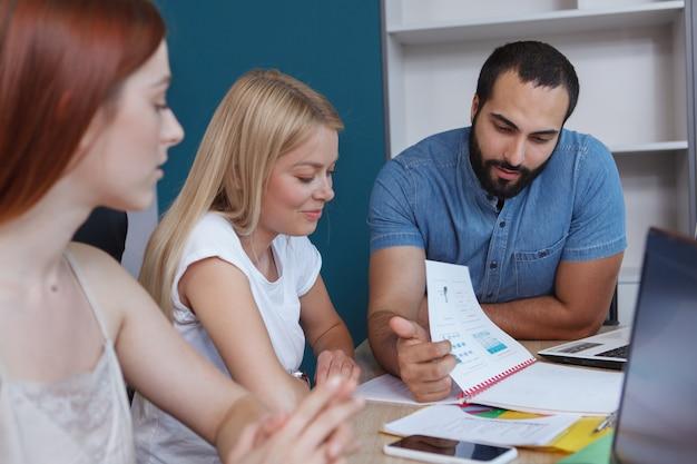 Молодые предприниматели наслаждаются совместной работой над проектом