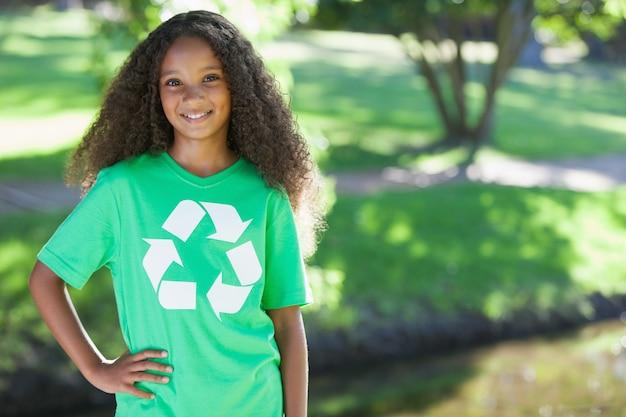 Молодой экологический активист, улыбаясь в камеру