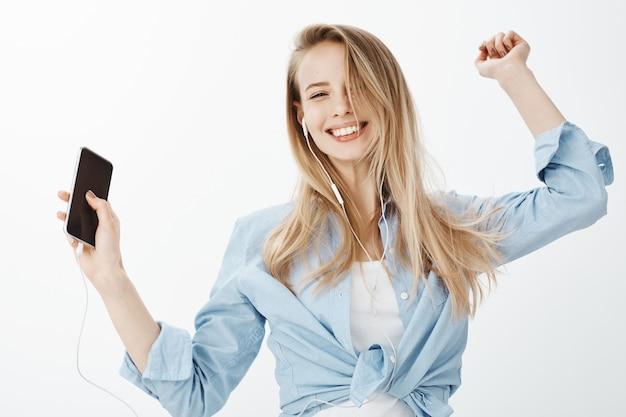 ブロンドの髪を持つ若いヨーロッパの女性