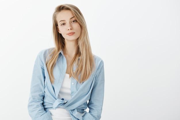Молодая европейская женщина со светлыми волосами