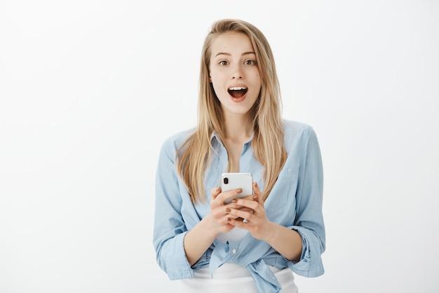 Giovane donna europea con capelli biondi