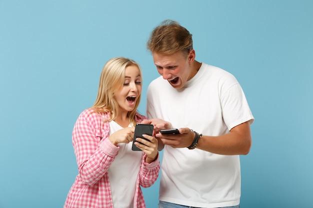 젊은 흥분된 커플 친구 남자와 여자 화이트 핑크 빈 빈 티셔츠 포즈