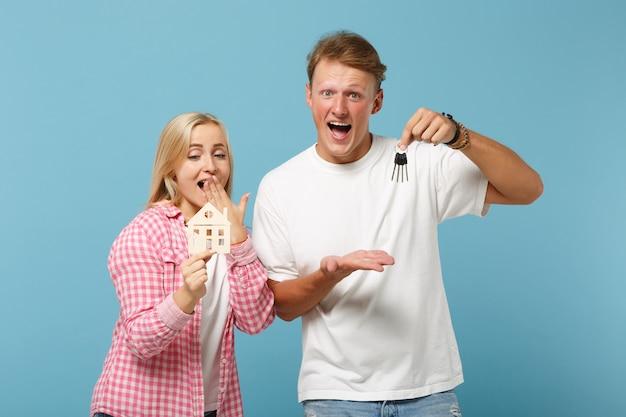 젊은 흥분된 부부 두 친구 남자와 여자 포즈 흰색 분홍색 빈 빈 티셔츠