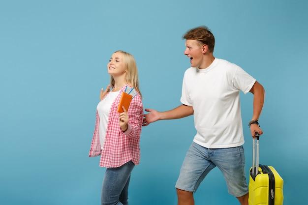 젊은 흥분된 커플 두 친구 남자와 여자 흰색 분홍색 티셔츠 포즈