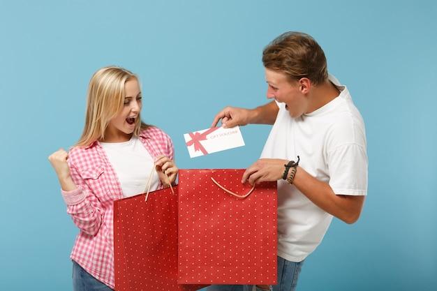 白ピンクのtシャツのポーズで若い興奮したカップル2人の友人の男と女