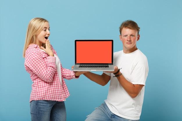 Giovane coppia eccitata due amici uomo e donna in posa di magliette rosa bianche