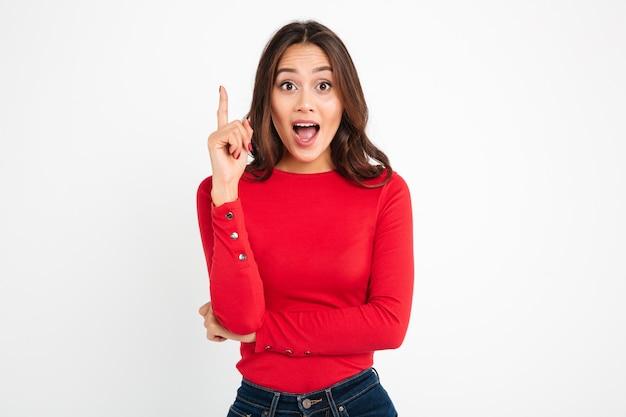 若い興奮して幸せな女は考えを持っています。