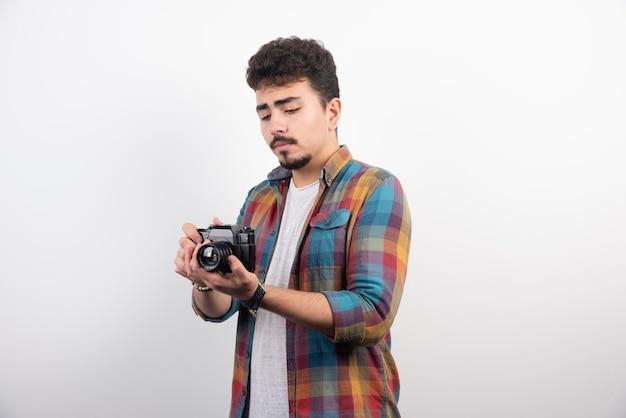 真面目なプロの写真を撮る若い経験豊富な写真。