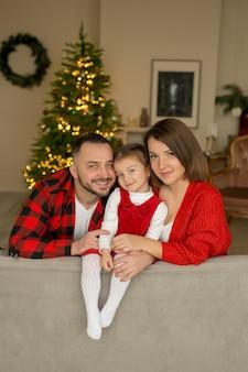 大晦日に家にいる若い家族。