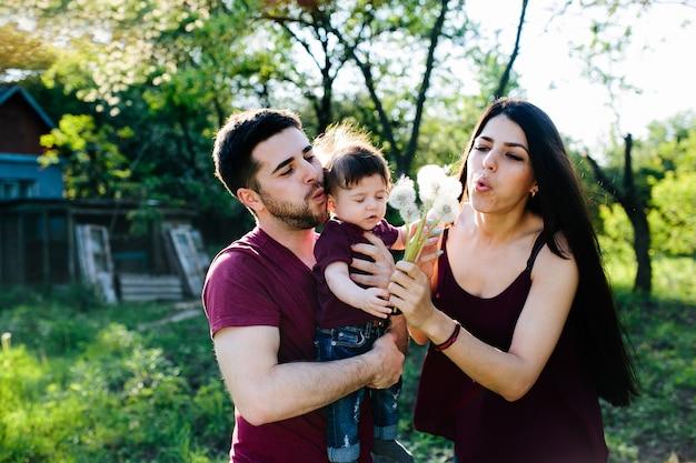 Giovane famiglia in campagna per godersi la natura